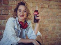 Súťažte o darčekové balenie Coca Coly s CD Emmy Drobnej a jej podpisom